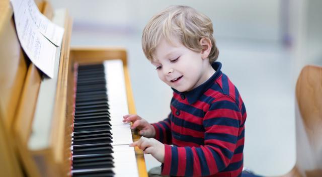 Se-vogliono-avere-(più)-bambini-intelligenti,-devono-prendere-l'iPad-e-dar-loro-uno-strumento-musicale!